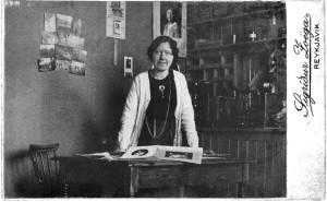 SigrÍður Zoega í afgreislu ljósmyndastofu sinnar í febrúar 1915.